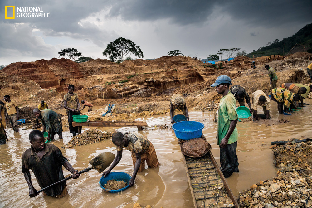 Smartphone mineral mining (Congo; Marcus Bleasdale/National Geographic)